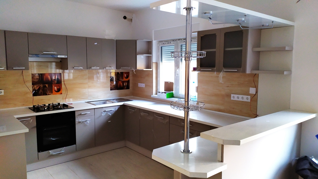 Magasfényű barna konyhabútor